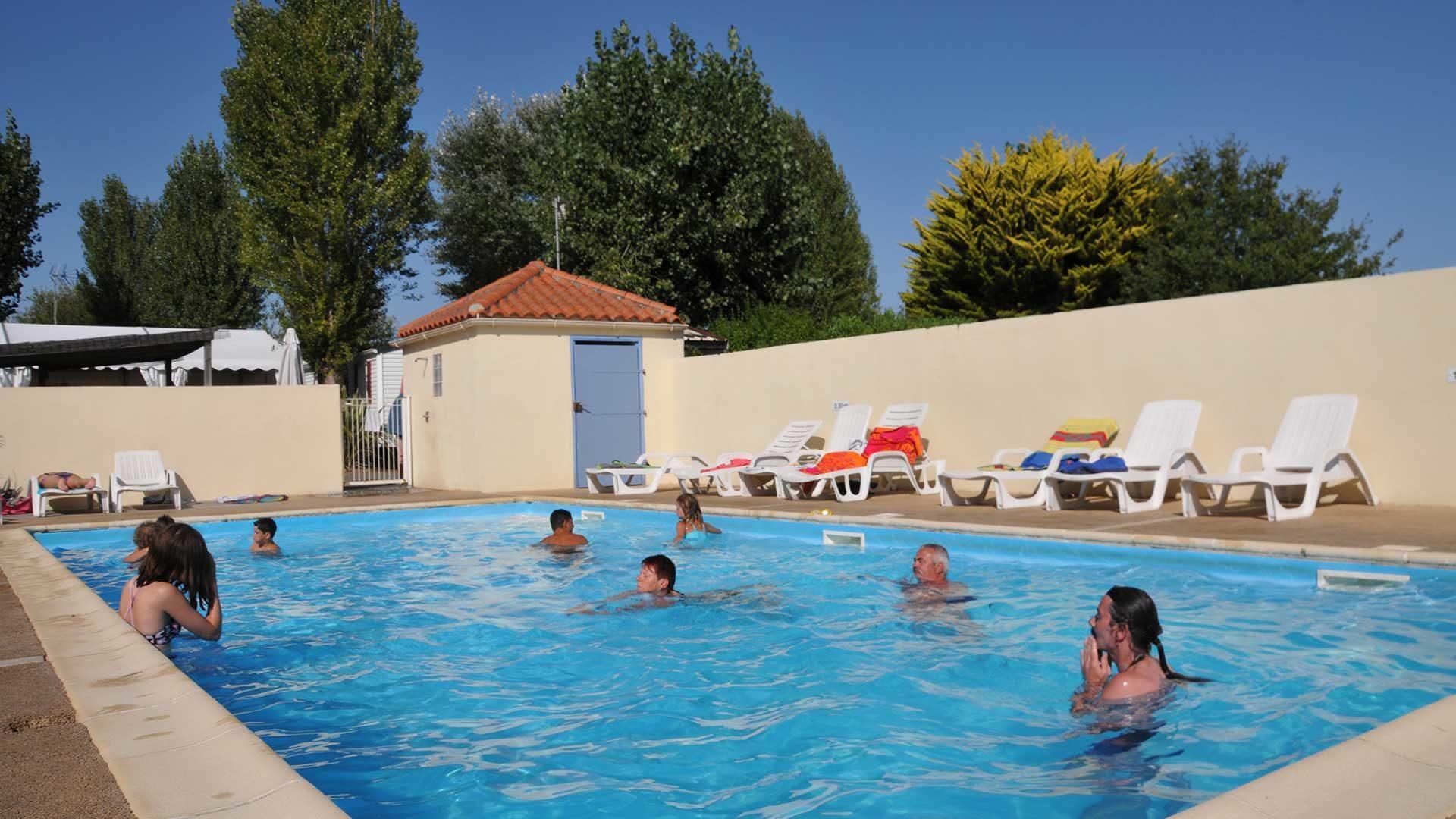 la piscine couverte et chauffée du camping